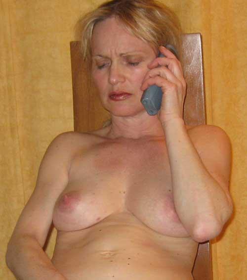 Reife Frau beim Telefonsex
